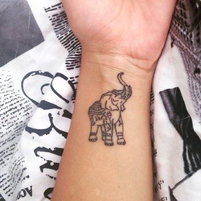Tatuaje de un elefante en la muñeca de María José. - Tatuajes Pequeños para Mujeres y Hombres