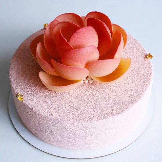 Доброго понедельника, друзья! Праздничные выходные - это прекрасно, даже если приходится немного поработать. Мой первый торт в наступившем году! Нет, я взяла заказ на 2 января не от жадности Просто невозможно отказать, когда будущая именинница говорит, что хочет именно мой торт. Не оставлять же человека без торта в День Рождения! Очаровательное создание получилось, правда? Нежное и, одновременно, эффектное оформление. Обожаю цветы из шоколада! #natalis_konditer #natalis_kemerovo...