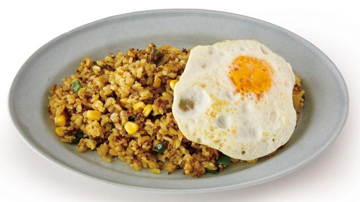 坂田 阿希子さんのご飯を使った「ドライカレーチャーハン」のレシピページです。具材にしっかり味をつけてから、ご飯を加えて炒めるのが、おいしく手早く仕上げるコツです。目玉焼きは両面を焼いて、早く中まで火を通して。 材料: ご飯、牛ひき肉、たまねぎ、ピーマン、コーン、カレー粉、卵、サラダ油、塩、黒こしょう、バター、しょうゆ