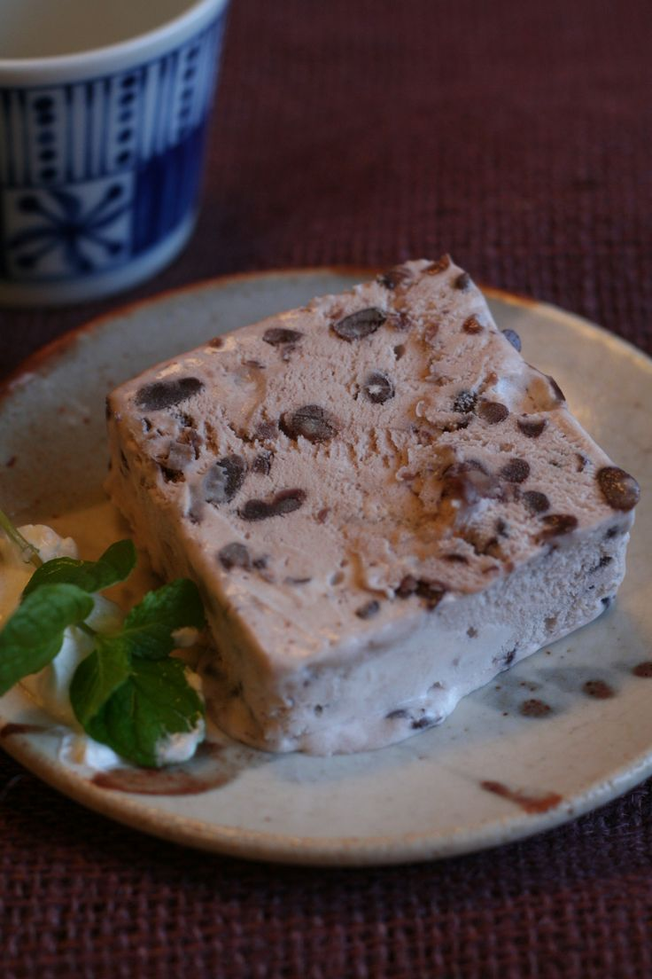 牛乳パックで作る、簡単「あずきアイス」 ☺︎ <材料>4人分  生クリーム・・1パック(ホイップクリームでも可) つぶあん・・300g 砂糖・・・30g(お好みで)