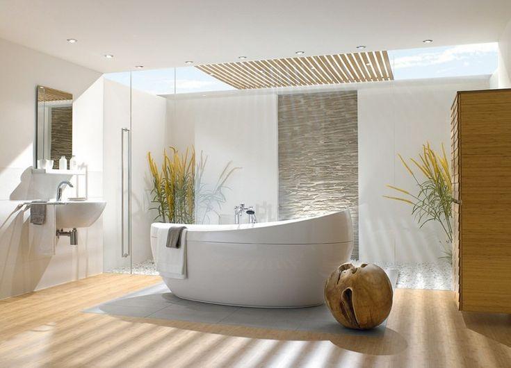 parquet salle de bain, plafond avec spots à LED intégrés, baignoire ovale et tabouret design en bois massif
