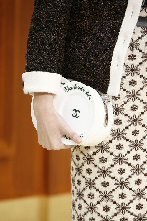 La minaudière porcelaine du défilé Chanel automne-hiver 2015-2016