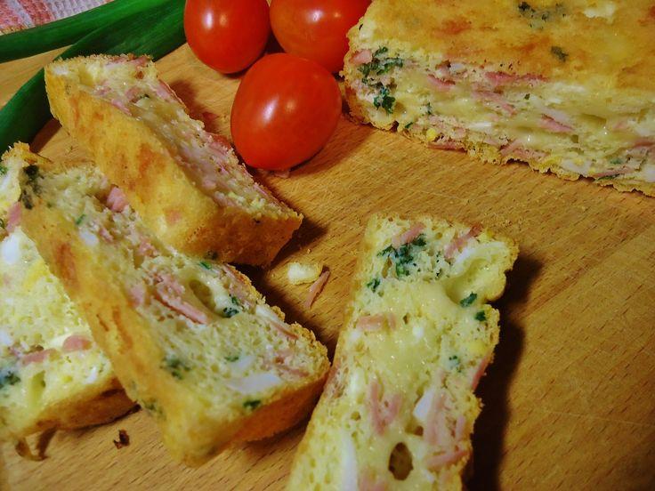 Šunku a sýr nakrájíme nadrobno, vařená vejce nastrouháme nebo protlačíme kolečkem na brambory. Syrová vejce opatrně postupně rozklepneme a bílky...