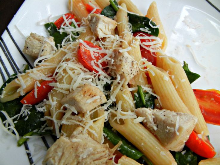 I love the Pioneer Woman. Really and truly. I have yet to be disappointed by one of her recipes. And her Chicken Florentine Pasta is no exception! Pioneer Woman's Chicken Florentine Pasta Ing…