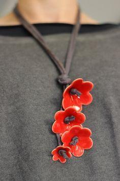 Diese magische Halskette ist ein Accessoire, das viele warme Komplimente erhält. Elegant und verspielt, schön passt ein Hemd oder ein Kleid schwarz / weiß. Überraschend leicht - nur 35 Gramm.  Einzigartig und mit viel Liebe handgemacht  Keramik Blumen mit hellen roten Glasur, die ich selbst zu erstellen. Die Blüten sind 1,8(4,5 cm), 1.2 (3,5 cm) und 1(2,5 cm) Durchmesser. Der String ist aus schwarzer Baumwolle, seine Länge beträgt 15,5(40 cm).  Wählen Sie 3 oder 4 Blumen im Drop-Down-Menü…
