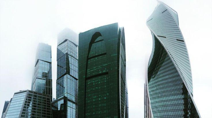 Пустые улицы, холодные цвета, дождливая погода и геометрия небоскребов смотрится как декорация фильма-антиутопии.