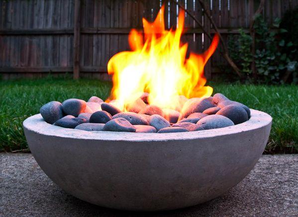 Il fabrique un coin feu pour son jardin à partir de rien