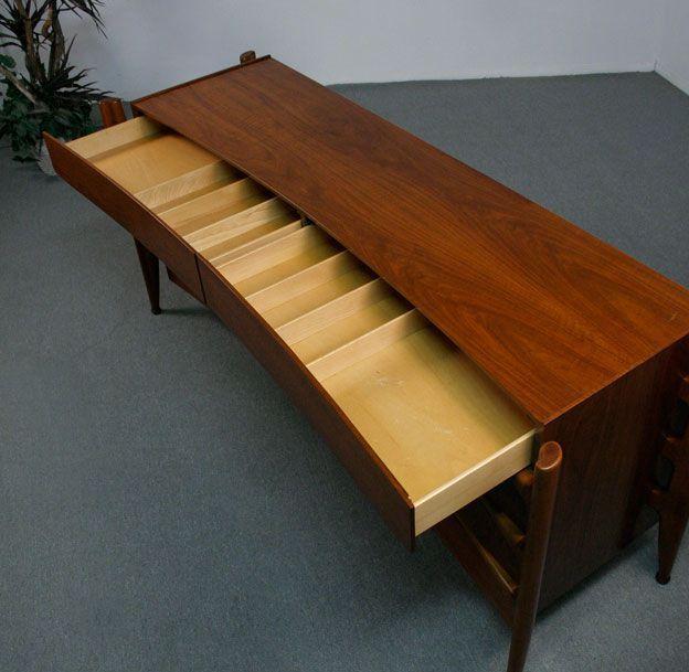 """Винтажная мебель в этой """"пузатой"""" подборке прямиком из середины прошлого столетия. Уже одно то, что  эта мебель пережила уже возраст в 50-60 лет само по себе интересно. И все же я заметил еще кое что, что мне показалось более важным ..."""