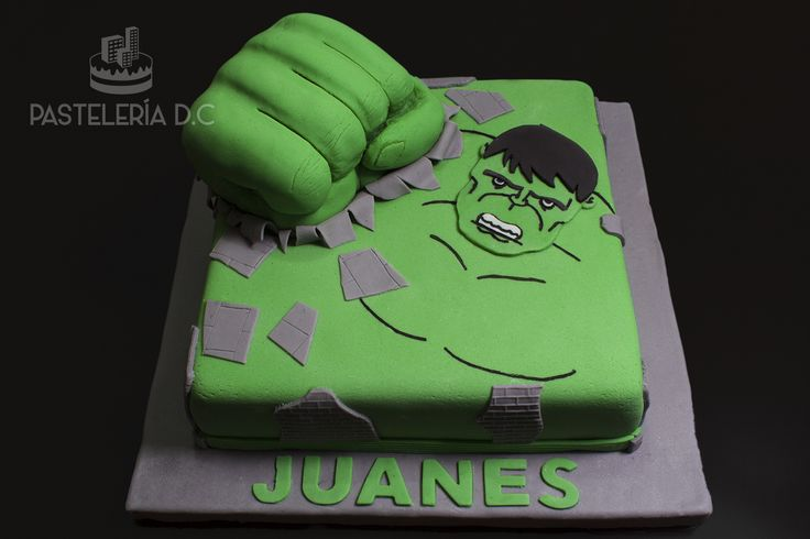 Torta de Hulk con masa verde, relleno de arequipe y cubierta de fondant. El puño también estaba hecho de masa de torta / Simple Hulk cake covered with fondant. His fist was cake carved into the shape.