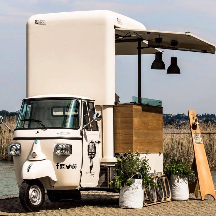 A restaurant at the Garda Lake which offers its delicious dishes also from a 3-wheeler mini food truck outfitted on a Piaggio Ape V-Curve.  #piaggio #piaggiovan #minifoodtruck #foodtruck #mobilerestaurant #mobilekitchen