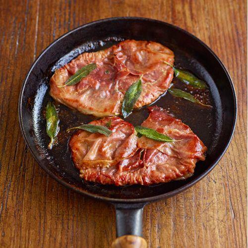 Samtimbocca is de Italiaanse naam voor schnitzel met een vulling. In dit recept vullen we de schnitzel met prosciutto en verse salie en serveren we hem met pasta, polenta of gebakken aardappelen. 1 Leg de schnitzels op een snijplank met een...