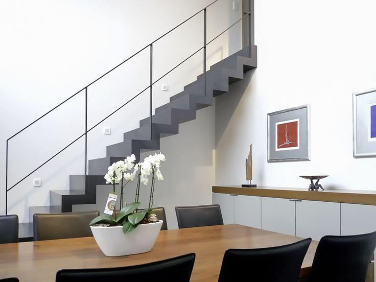 Zwarte bloktrap met moderne zwarte balustrade metalen - Moderne metalen trap ...
