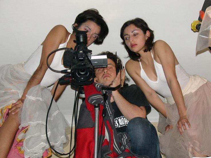 Revisando tomas durante el rodaje de PERLA (año 2005), junto a las chicas bailarinas y actrices Paulina Vielma y Carola Méndez.