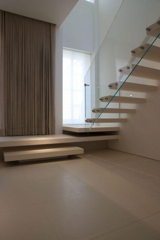 escalier droit de design moderne et garde-corps en verre