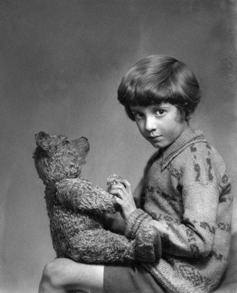 Кристофер Робин Милн и плюшевый медведь. Когда мальчик пошел в школу, то возненавидел Винни-Пуха, потому что Кристофера Робина дразнили цитатами из книги.   Неприязнь к книге отца Кристофер Робин сохранил на всю жизнь о чем и написал в автобиографии. С другой стороны, правообладателем Винни-Пуха был тоже он, что позволяло не очень тревожиться о завтрашнем дне.