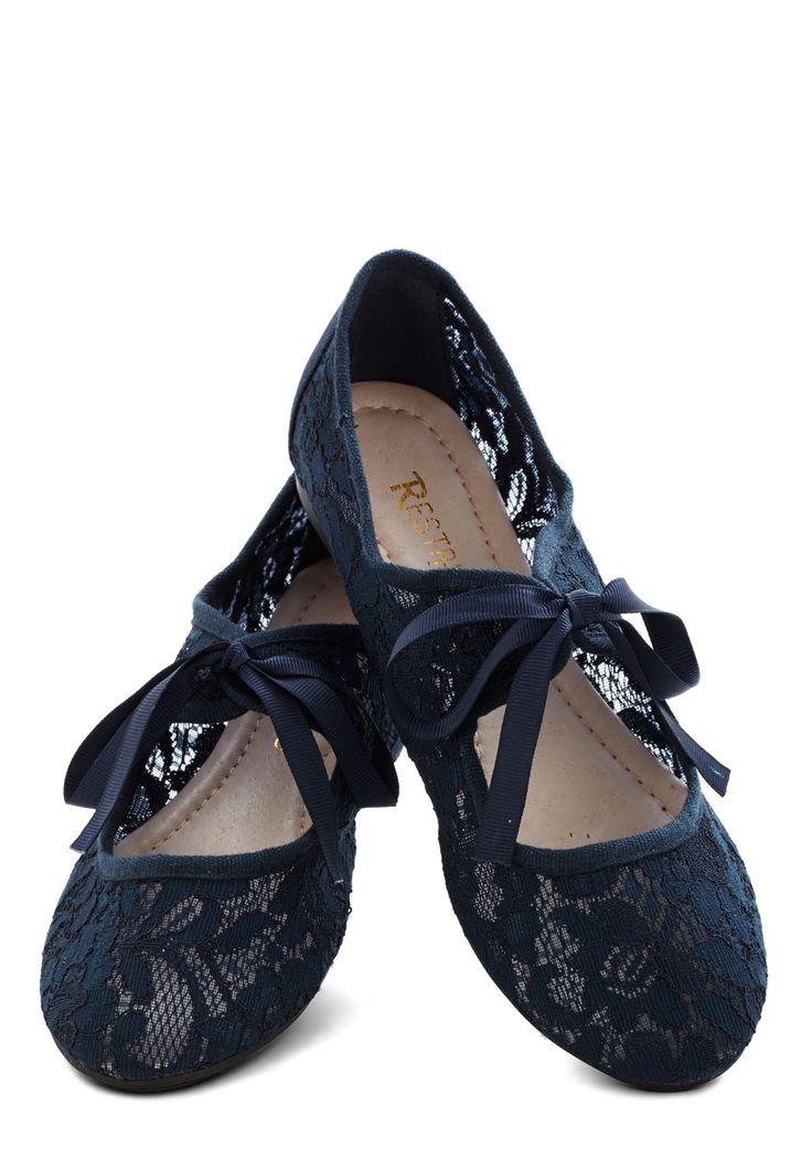 Pretty navy lace flats http://rstyle.me/n/dqqvnnyg6