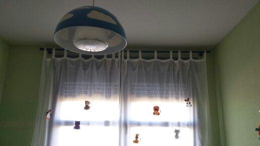 Muñecos de fieltro colocados en la cortina