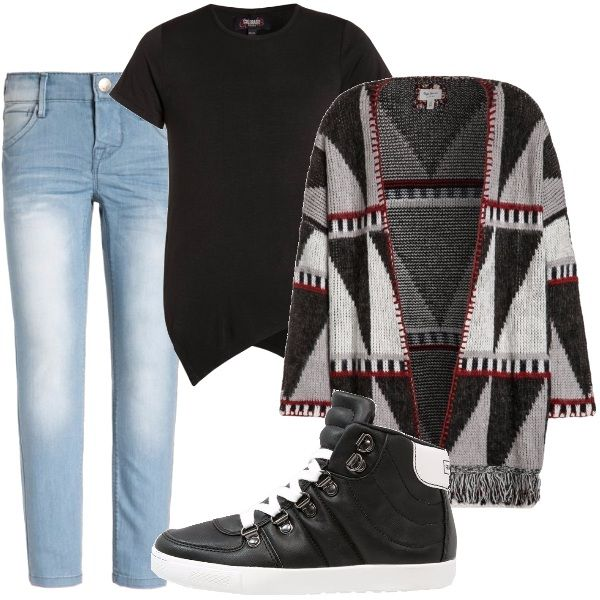 Jeans in denim chiaro a gamba dritta scoloriti sulla coscia, t-shirt nera con fondo asimmetrico diviso in due punte, cardigan pesante con lavorazione geometrica e profili a contrasto, sneakers alte con suola in gomma.