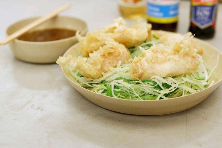 Jeroen maakt een typisch Japans gerecht. Met tempuradeeg kan je vlees en groenten voorzien van een dun en krokant korstje. Jeroen wentelt stukjes kipfilet in het Japans beslag en die 'crispy' stukjes gevogelte serveert hij met de gepaste salade met dressing. Zorg er wel voor dat je ijsblokjes in huis hebt!De Japanse keuken is een dikke aanrader en dit recept is ideaal om eens kennis te maken met de goeie smaak van de Oosterse eilandbewoners.