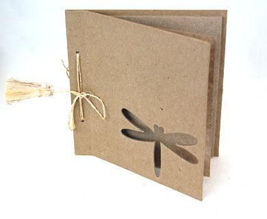 Album scrapbook din paper mache, cu model de libelula perforata pe coperta. Gata de decorat sau pictat cu cerneala, vopsea acrilica, stampile, fimo, hartie decoupage, glitter si multe altele. Coperta: 15cm x 15cm - Paginile interioare: 13cm H x 14.5cm L 10 pagini (20 fete). Legat cu sfoara de rafie.