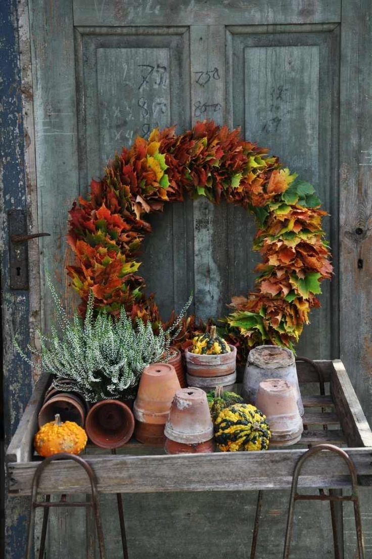 Herbstlaub auf einem Draht auffädeln und zu einem Kranz formen.