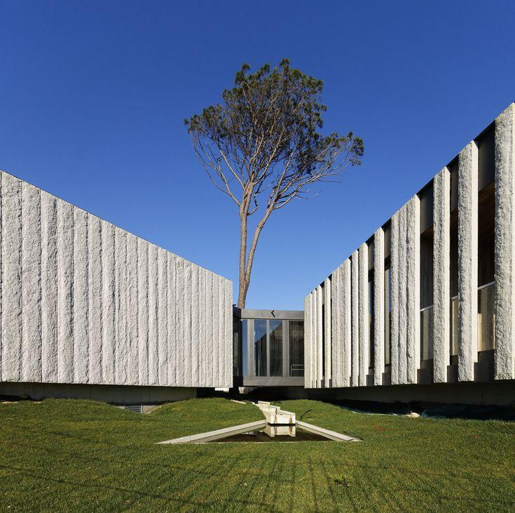 A Pousada xardín de Ribadumia fragméntase para crear espazos verdes entre os volumes e adaptarse ás diferentes escalas rurais das edificacións do ámbito.