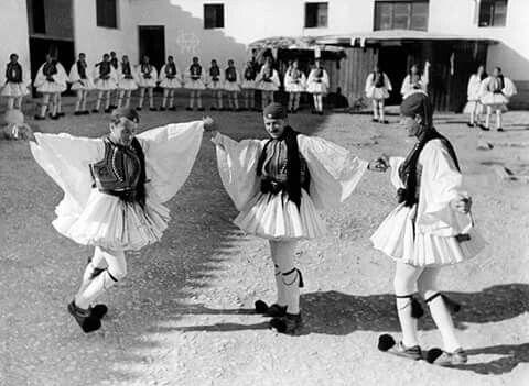 Alfred Eisenstaedt.1935 Τσαμικος χορος Ευζωνων της Προεδρικης  Φρουρας