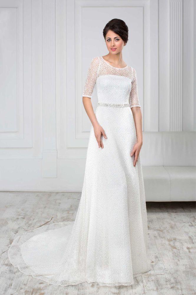Elegantné svadobné šaty zdobené opaskom s dlhou vlečkou
