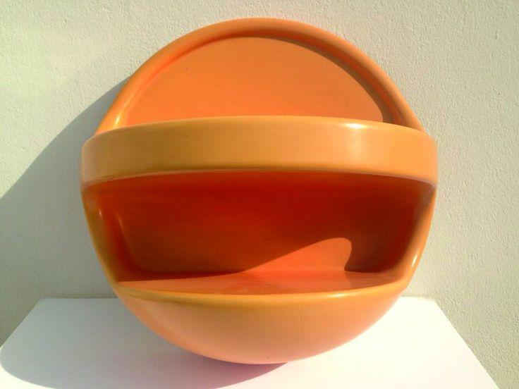 Je mets en vente cette magnifique étagère sphérique en plastique de couleur orange. Elle date des années 1960/1970. Son diamètre est de 55 cm. Elle est en Bon état , c'est à dire qu'il n'y a pa