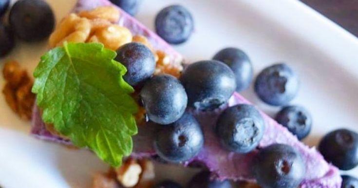 Mustikka-vanilja raakakakku on gluteeniton ja maidoton jälkiruoka, joka on täynnä ravinteita.