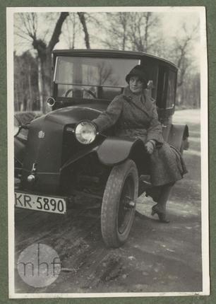 Zofia Mussilowa siedząca przy samochodzie, lata 30