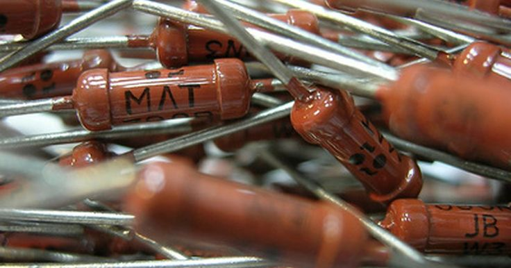 Como calcular a tensão em resistores. Problemas comuns em aulas introdutórias de física pedem pela tensão em resistores. As configurações fundamentais examinadas em cursos introdutórios são resistores em série e em paralelo. Aulas de indutores (bobinas), e a tensão neles, geralmente seguem as aulas de resistores. Pelos indutores também passa tensão em um circuito, assim como os ...