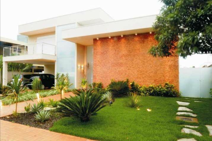 En espanol, fachada de casa. In English, front yard of (contemporary) home.