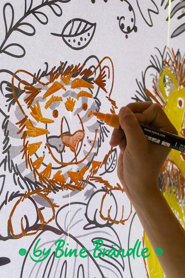 Freundlicher Tiger mit Kreidemarker auf Fensterscheibe abp ...