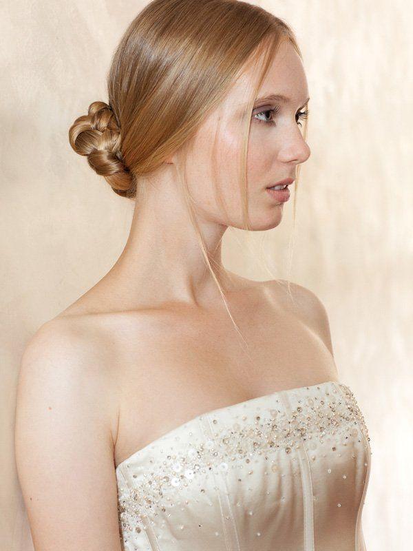 Beim Styling für die Hochzeit muss man nicht immer den Profi ranlassen. Man kann seine Brautfrisur auch selber machen. Bei diesem Look einfach einen tiefen, lockeren Zopf binden, flechten und als Knoten feststecken. Ein paar lose Strähnen und Glanzspray runden die Brautfrisur ab.