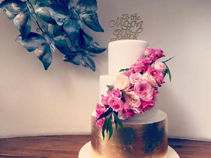 Fresh Flowers & Gold Wedding Cake, always a winner!