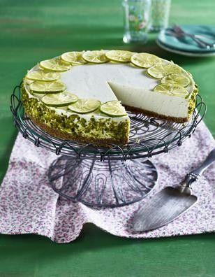 Caipirinha-Torte Rezept: Stücke,Butter,Vollkorn-Butterkekse,Gelatine,Bio-Limetten,Schmand,Zucker,Rum,Schlagsahne,Pistazienkerne