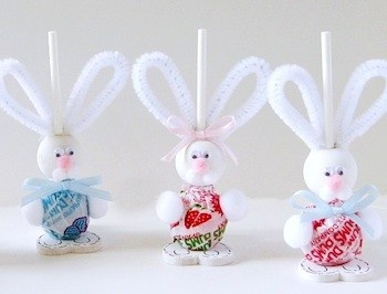 cute easter craft made with Dum Dum, wooden bead, rolled felted feet, neck ruffle out of felt or lace, and pipe cleaners.