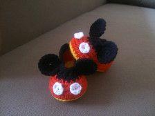 Estos botines de Mickey Mouse son adecuados para bebés y niños.  Diversos tamaños son posibles.  Materiales: 55% algodón, 45% pac  Cuidados: Lavar a mano en agua fría. No planchar o lejía.  Estos botines adorables se hacen en mi casa mascotas y fumar.  Colores pueden aparecer diferentes dependiendo de la pantalla del ordenador.  ¡Gracias por pasarte