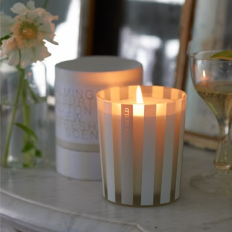 A serene candle with a neutralising cotton fragrance