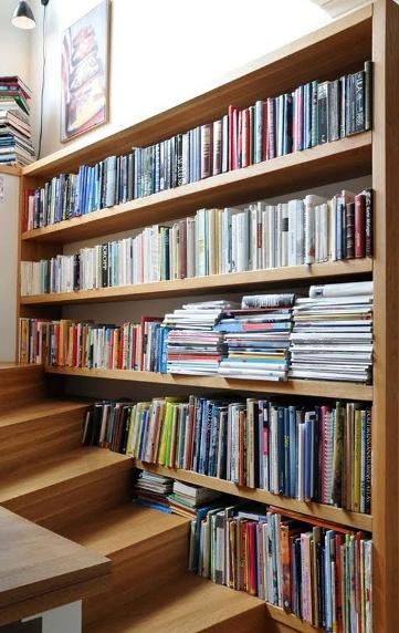 Estante para muitos livros.