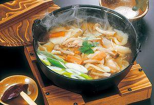 ひっつみの調理例ひっつみ」とは「引っ摘む」から転じた方言です。その名の通り、手でちぎって(ひっつまんで)は鍋に入れ、魚肉や野菜、山菜、きのこ、川ガニなど山海の幸と一緒にいただきます。  鍋に入れる時の動作から地域では「とって投げ」とも呼ばれています。