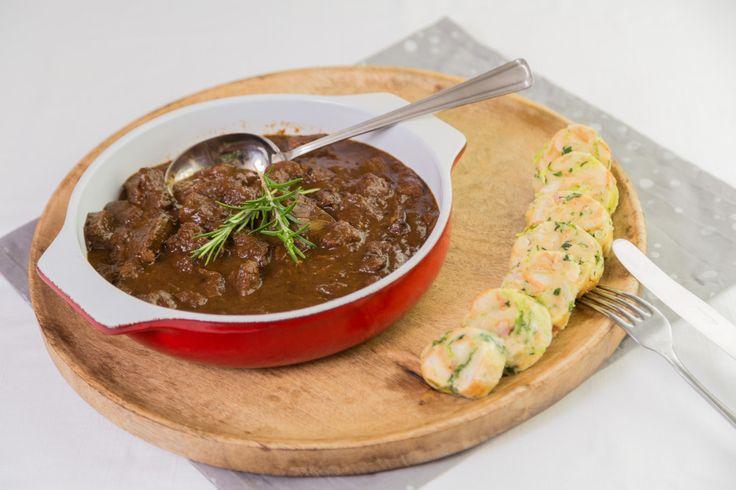 Hovězí maso neuvěřitelné, výrazné chuti, vonící po švestkách a skořici s kapusto-slaninovým knedlíkem a smaženou cibulkou.