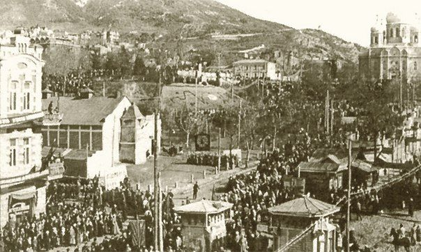На редком фотоснимке - демонстрация трудящихся и торжественное открытие 7 ноября 1925 года памятника Ленину на горке у Лермонтовского сквера.Справа, в центре, виден большой барак старинного кинотеатра, первого на КМВ.