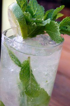 Απολαύστε το πιο παραδοσιακό κουβανέζικο cocktail...Συνταγή για δροσιστικό Mojito (Μοχίτο).