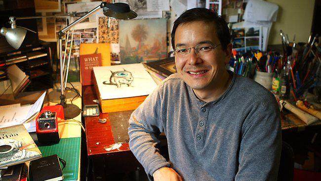 """Căştigătorul anului 2011 al Premiului Memorial Astrid Lindgren este Shaun Tan din Australia. Acesta este arstist, scriitor si regizor. Tot în anul 2011 Tan a câştigat un Academy Award. Cele mai cunoscute cărţi pe care acesta le-a scris şi le-a ilustrat sunt """"The Lost Thing"""", """"The Red Tree"""" şi """"The Arrival""""."""