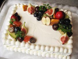 10月に挙式をされたカップルからご注文いただいたケーキですリクエストは「季節の果物を使って・・」姫リンゴ、いちじく、栗、葡萄、柿、メロン秋色のケーキ、シックで素敵でしょう?美味しいウェディングケーキ、貴女のリクエストは?カロッツァウエディン