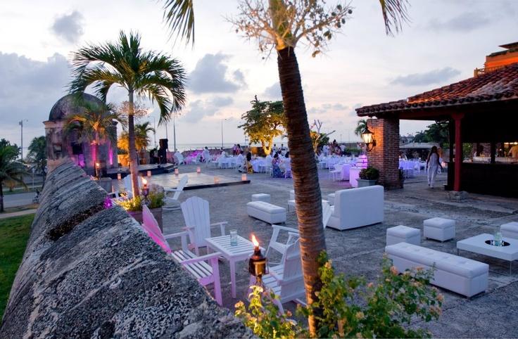 Hoy te traemos 2 hoteles con historia y algunos lugares con encanto de una de nuestras ciudades emblemáticas, tanto dentro como fuera del país: Cartagena de Indias, uno de los destinos románticos favoritos de miles de parejas que deciden pasar su luna de miel en Colombia.