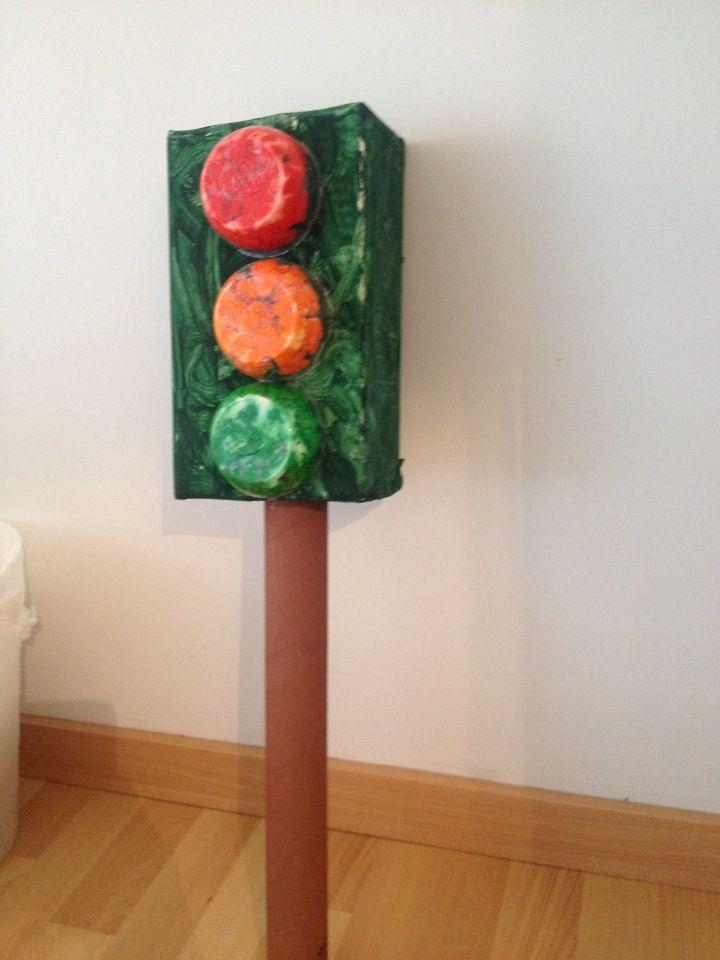 Φανάρι απο ανακυκλώσιμα υλικά . Traffic light of recycling materials