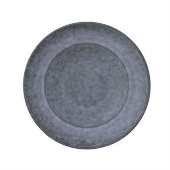 Servera en god pasta eller sallad på Grey Stone tallrik från House Doctor. Tallriken har en spännande färgkombination mellan blått och grått vilket ger ett mjukt och elegant uttryck på det dukade bordet. Tallriken känns både rustik och stilren på samma gång och kan enkelt kombineras med annat porslin från House Doctor.
